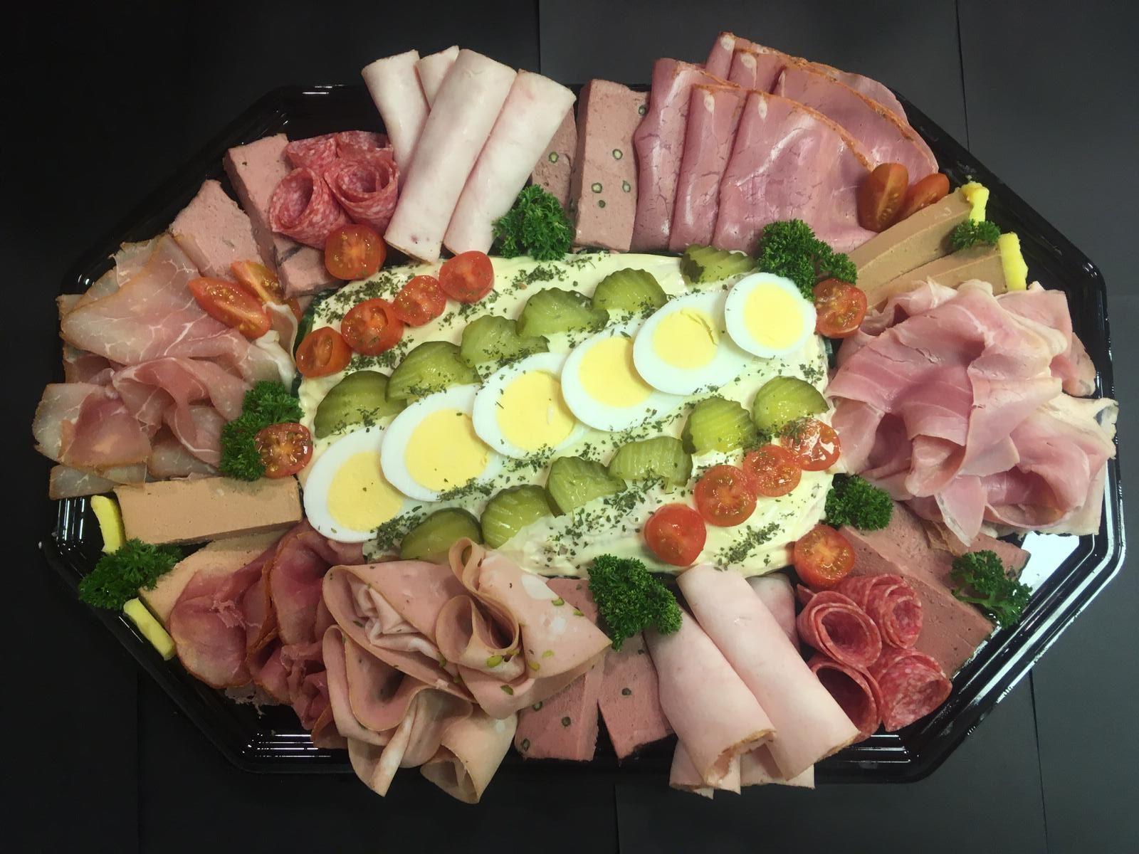 Vleeswaren-paté-salade schotel
